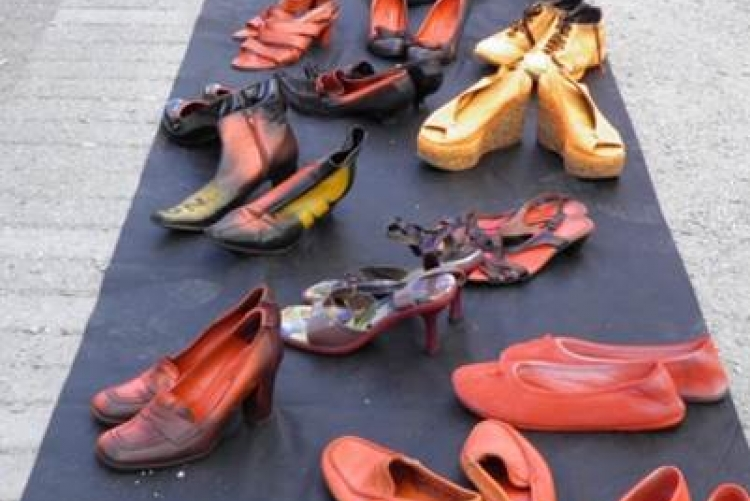 Zonta says no - Aktion marching shoes gegen Gewalt an Frauen